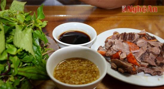 Tương Nam Đàn là món nước chấm gia vị không thể thiếu khi thưởng thức món thịt dê, thịt me... tại các Nhà hàng cho đến các món ăn bình dân như rau khoai luộc, muống luộc trong mỗi gia đình