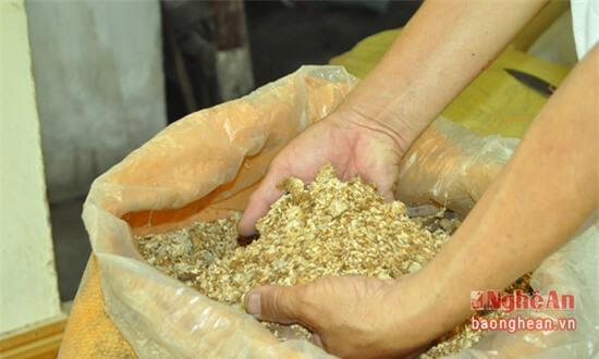 Để sản xuất nước tương, ngoài đậu tương ra, thành phần không thể thiếu là mốc - một loại men từ nếp hoặc ngô ngâm với nước chè xanh sau đó đưa ra phơi khô