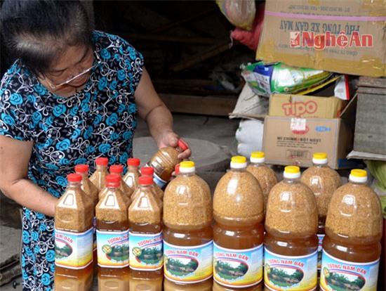 Sau khi chín, tương được múc ra và đóng vào từng loại chai từ 0,5 lít, 01 lít, 2 lít hoặc 5 lít (trong ảnh: tương tại cơ sở sản xuất của ông Phạm Hải Đường ở khối Phan Bội Châu, thị trấn Nam Đàn)