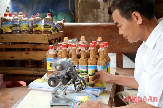 Tương sản xuất có uy tín, chất lượng được đóng nhãn và ghi rõ thời gian sản xuất, hạn sử dụng (trong ảnh: cơ sở sản xuất tương của bà Nguyễn Thị Hồng, khối Mai Hắc Đế, thị trấn Nam Đàn