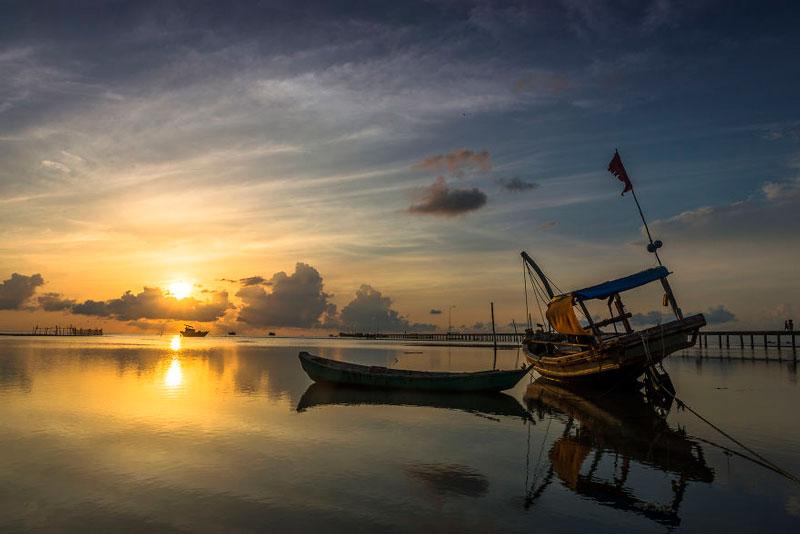 Làng chài Hàm Ninh nằm dưới chân núi Hàm Ninh thuộc xã Hàm Ninh, huyện đảo Phú Quốc, Kiên Giang cách trung tâm thị trấn Dương Đông khoảng 20km về hướng Đông Bắc. Ảnh: Bestplus.