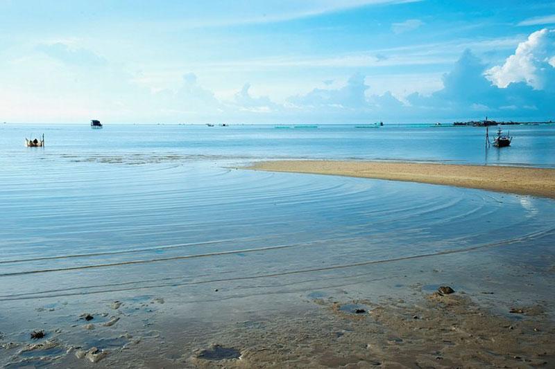 Chiều về trên bãi Hàm Ninh, bạn có thể ngắm biển xanh, phía xa xa là quần đảo Hải Tặc, hòn Nghệ thấp thoáng trong làn nước biển. Ảnh: Eric Khoa Vu.