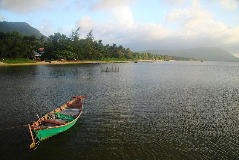 Làng chài nằm dưới chân núi Hàm Ninh. Ảnh: Hqha1255.