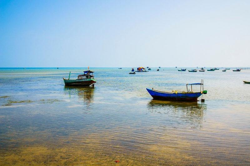 Làng chài là một ngôi làng cổ hoang sơ với dáng vẻ mộc mạc của những ngôi nhà tranh vách lá rất là giản dị. Người dân chủ yếu sống bằng nghề biển, bắt ghẹ, tôm, lặn bắt hải sâm, bắt ngọc trai… Ảnh: Khanh Dao.