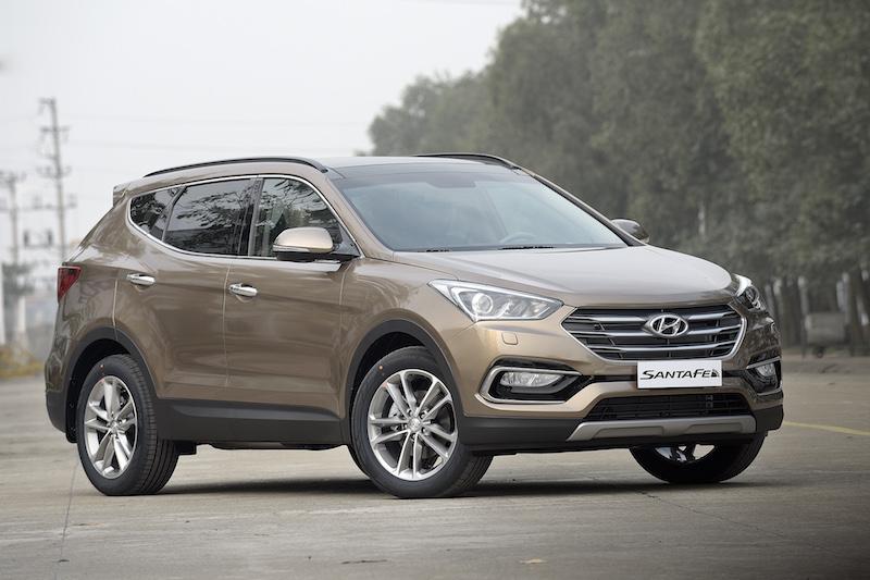 Hyundai SantaFe ở Việt Nam giảm giá gây sốc. Không chịu thua kém các đối thủ cùng tầm, mẫu crossover SUV 7 chỗ của Hyundai tại Việt Nam đang hạ giá từ 95-110 triệu đồng tùy theo năm sản xuất. (CHI TIẾT)