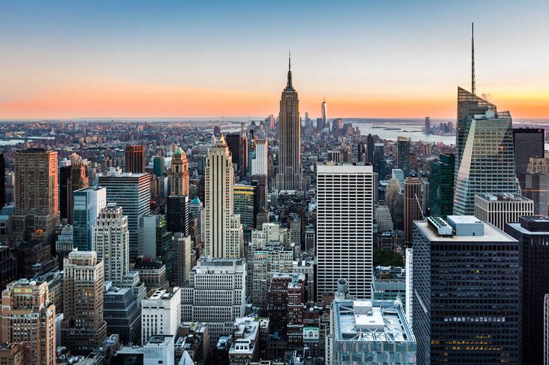 2. Thành phố New York. Là thành phố đông dân nhất tại Mỹ và là một trong những vùng đô thị đông dân nhất trên thế giới. Với vai trò là một thành phố toàn cầu tiên phong, New York có một tầm ảnh hưởng mạnh mẽ đối với thương mại, tài chính, văn hóa, thời trang và giải trí toàn cầu. Nhiều khu dân cư và danh lam thắng cảnh của thành phố trở nên nổi tiếng trên thế giới.