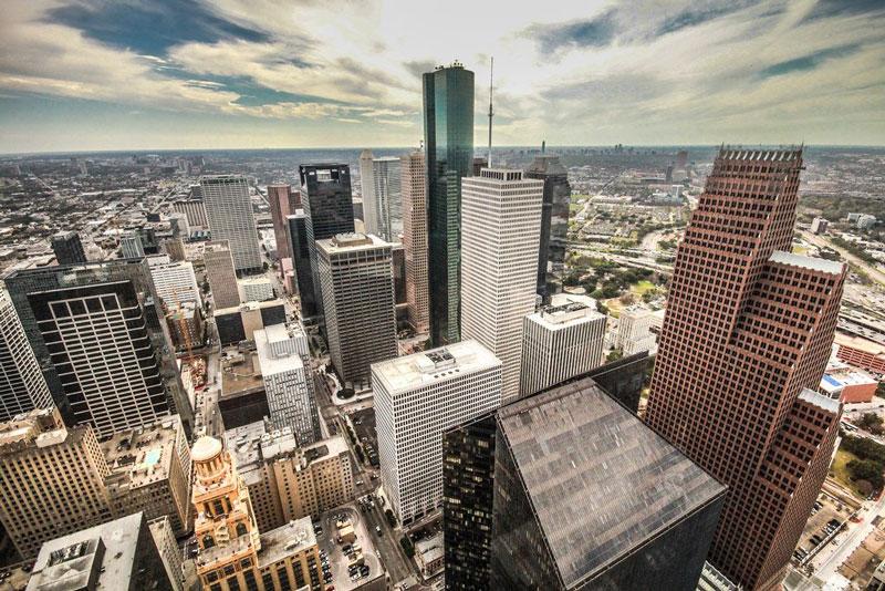 8. Thành phố Houston. Đây thành phố đông dân nhất bang Texas và là thành phố đông dân thứ tư tại Mỹ. Kinh tế Houston có nền tảng là các ngành năng lượng, chế tạo, hàng không, và vận tải. Thành phố cũng dẫn đầu trong lĩnh vực y tế và xây dựng hạ tầng mỏ dầu