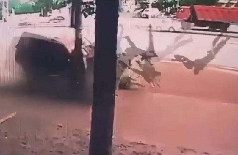 """Ôtô """"điên"""" tông hai người đi bộ văng xa cả chục mét. Do chạy xe quá nhanh, cũng như không điều khiển chuẩn xác nên người tài xế đã lái xe lao lên vỉa hè trước khi tông trúng hai người đi đường và chiếc cột điện. Hậu quả của vụ tai nạn này là hai người đi bộ bị văng xa hàng chục mét, còn chiếc ôtô thì hư hỏng nặng. (CHI TIẾT)"""