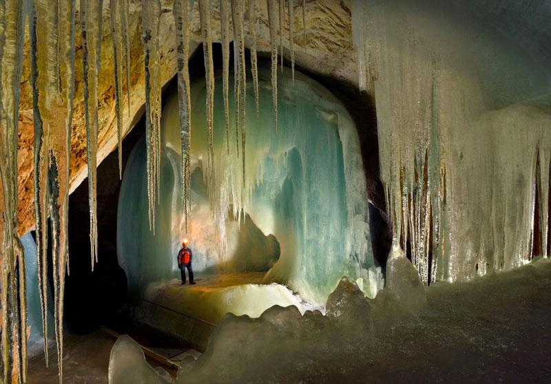 10. Hang Eisriesenwelt. Đây là hang động băng đá vôi tự nhiên nằm ở Werfen, Áo. Đây là hang động băng đá lớn nhất thế giới, dài hơn 42 km và đón khoảng 200.000 khách du lịch mỗi năm. Tuy nhiên, du khách chỉ được phép tham quan 1 km đầu tiên.