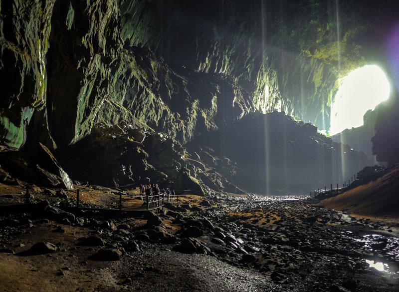 1. Hang Mulu. Hang động nằm trong vườn quốc gia Gunung Mulu, Malaysia. Theo các nhà khoa học, hang động này có thể chứa được khoảng 40 chiếc Boeing 747s mà không chồng chéo nhau.