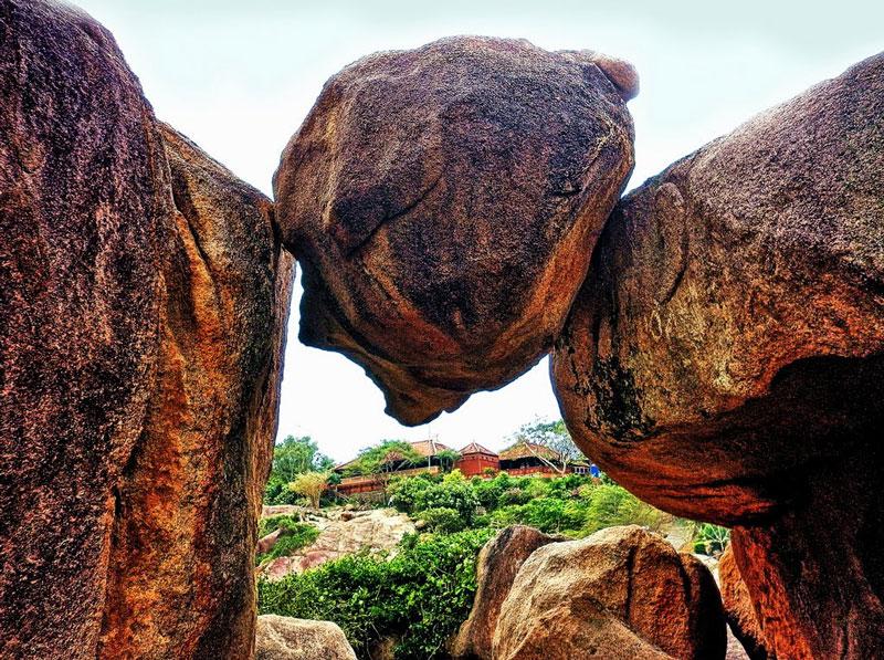 Hòn Chồng gồm 2 cụm đá lớn nằm bên bờ biển dưới chân đồi La-san, có thể được tạo nên do sự xâm thực của thủy triều lên ngọn đồi này. Ảnh: Kinh Dinh.