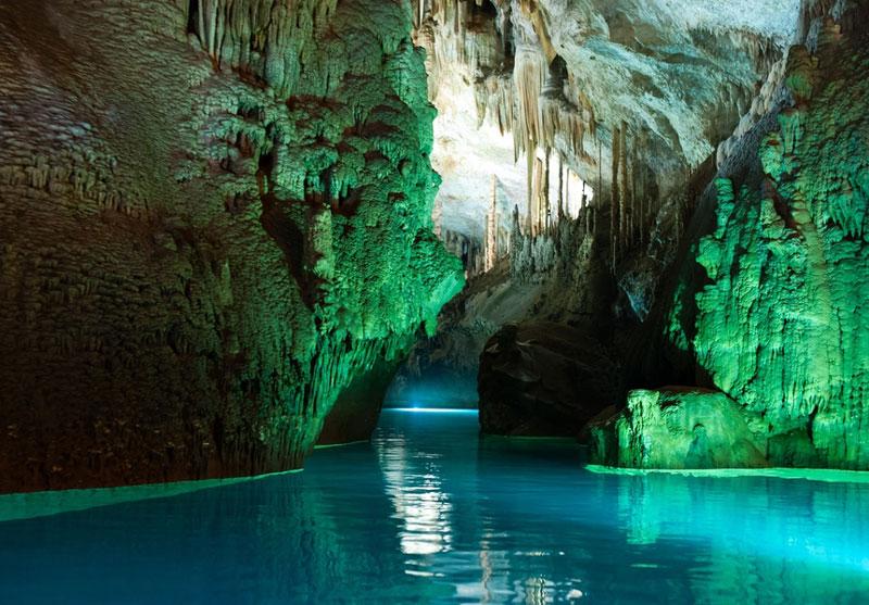 2. Hang động Jeita. Quần thể hai hang động karst đá vôi riêng biệt nhưng liên kết với nhau kéo dài gần 9 km. Các hang động nằm ở thung lũng Nahr Al-Kalb trong địa phương của Jeita, cách 18 km về phía Bắc của Thủ đô Beirut của Liban.