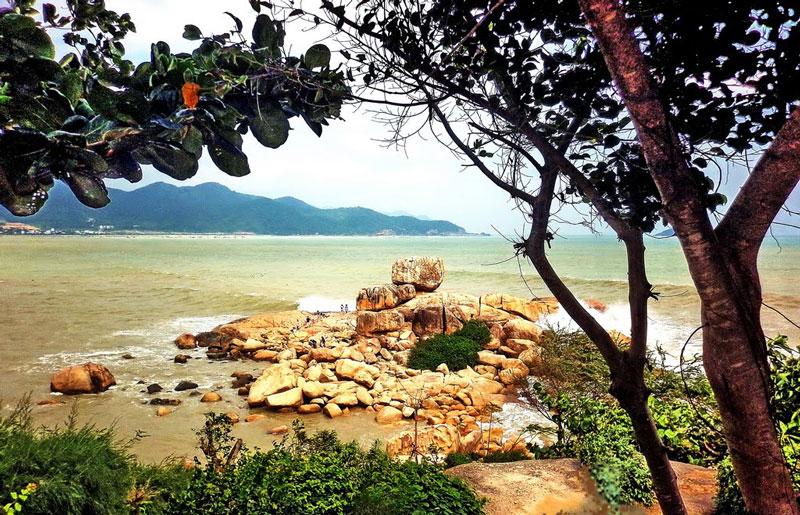 Cụm đá lớn ở ngoài biển gọi là Hòn Chồng, gồm một khối đá lớn vuông vức nằm trên một tảng đá bằng phẳng và rộng hơn, phía mặt đá quay ra biển có một vết lõm hình bàn tay rất lớn. Ảnh: Kinh Dinh.