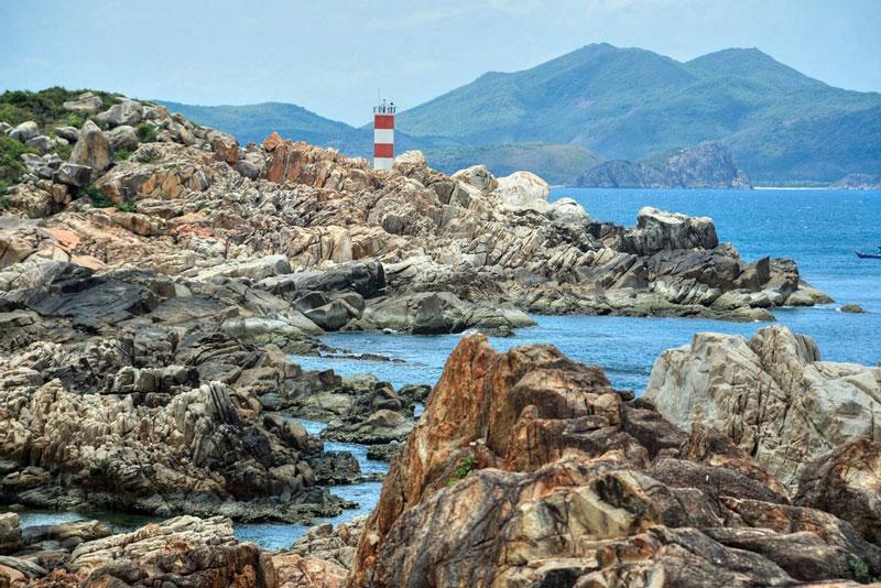 Hải đăng gành Đèn thuộc loại đèn báo cửa, giúp tàu thuyền hoạt động trong vùng biển Phú Yên, định hướng ra vào vịnh Xuân Đài và vụng Chào (thuộc Phú Yên). Ảnh: Reds.