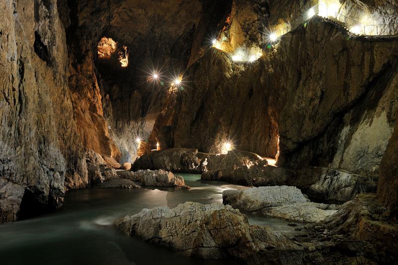 4. Các hang Skocjan. Hệ thống các hang đá vôi trong vùng Kras, miền Tây Nam Slovenia, cách Thủ đô Ljubljana khoảng 75 km. Đây là 1 trong những nơi để nghiên cứu về hiện tượng phong hóa đá vôi (karst) nổi tiếng nhất thế giới và là khu ẩm ướt dưới lòng đất lớn nhất thế giới. Năm 1986, hệ thống hang đã được UNESCO công nhận là di sản thế giới.