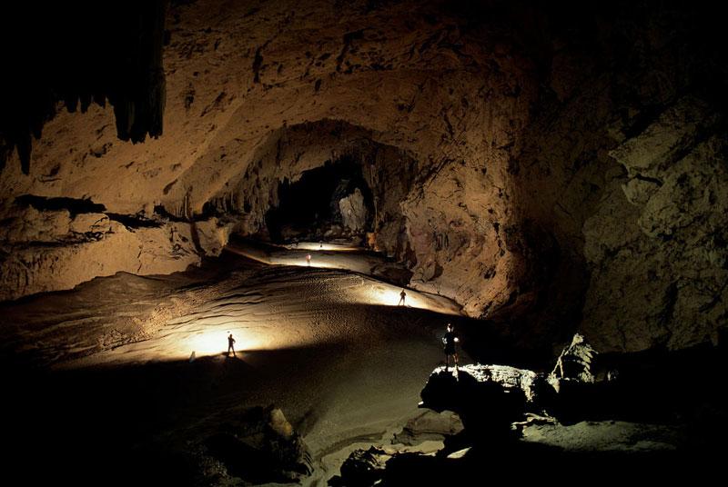 5. Hang Majlis al Jinn. Hang động lớn thứ 2 thế giới tính theo diện tích sàn. Hang động nằm ở cao nguyên Selma (Oman) với độ cao 1.380m so với mực nước biển. Hang có kích thước khoảng 310m x 225m, với trần vòm cao 120m. Phần sâu nhất của hang động là 178m.