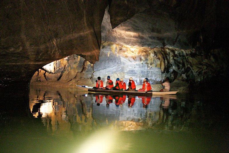 7. Vườn quốc gia sông ngầm Puerto Princesa. Nằm trong dãy núi Saint Paul ở bờ Bắc của đảo Palawan, giáp vịnh St Paul về phía Bắc và sông Babuyan về phía Đông thuộc Philippines. Trong vườn quốc gia này có sông ngầm dài 8,2 km. Ở đây có nhiều hang động với các thạch nhũ và măng đá. UNESCO đã công nhận vườn quốc gia này là di sản thế giới ngày 4/12/1999.