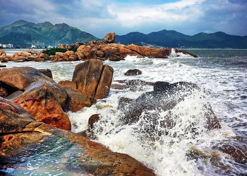 Khu du lịch Hòn Chồng là nơi du khách có thể vừa tắm biển, lại có thể chơi trò leo núi, vừa ngắm cảnh biển. Ảnh: Kinh Dinh.
