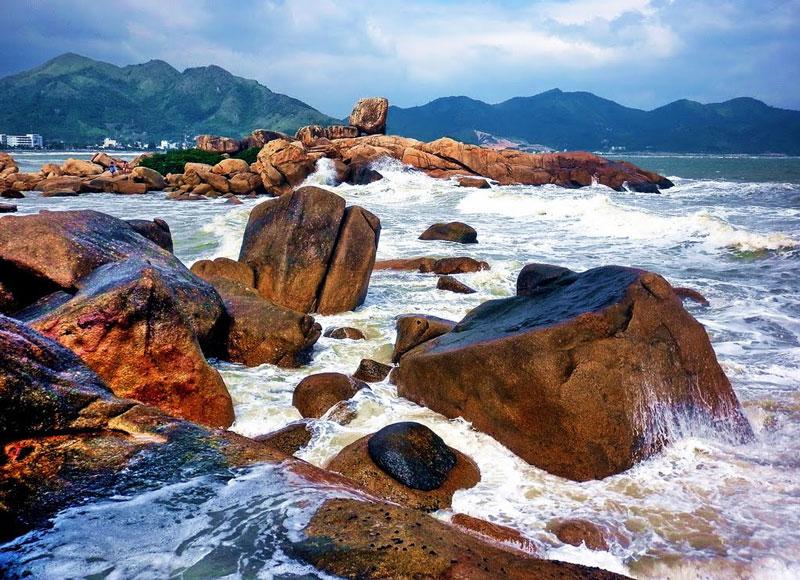 Khu vực bãi đá Hòn Chồng mang nhiều tiềm năng để phát triển du lịch, nhưng mới chỉ được đưa vào khai thác gần đây. Ảnh: Kinh Dinh.