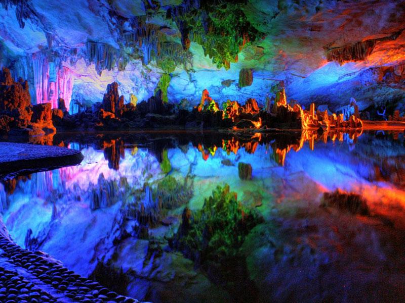9. Hang Reed Flute. Hang động đá vôi tự nhiên với ánh sáng nhiều màu ở thành phố Quế Lâm, Trung Quốc. Hang có tuổi thọ hơn 180 triệu năm tuổi. Đây là một trong những điểm thu hút khách du lịch hàng đầu tỉnh Quảng Tây.