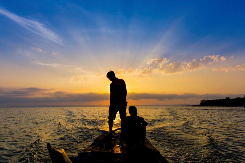 Đến với hồ Trị An, trải nghiệm tuyệt với nhất là được lênh đênh trên lòng hồ khi mặt trời còn chưa ló dạng hay khi hoàng hôn về. Ảnh: Nguyễn Hải Vinh.