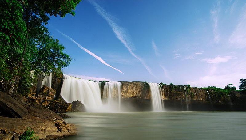 Ngày nay, càng ngày càng có nhiều du khách trong và ngoài nước tìm đến Tây Nguyên để chiêm ngưỡng vẻ kỳ vĩ của dòng Đray Nur. Ảnh: Hivietnam.