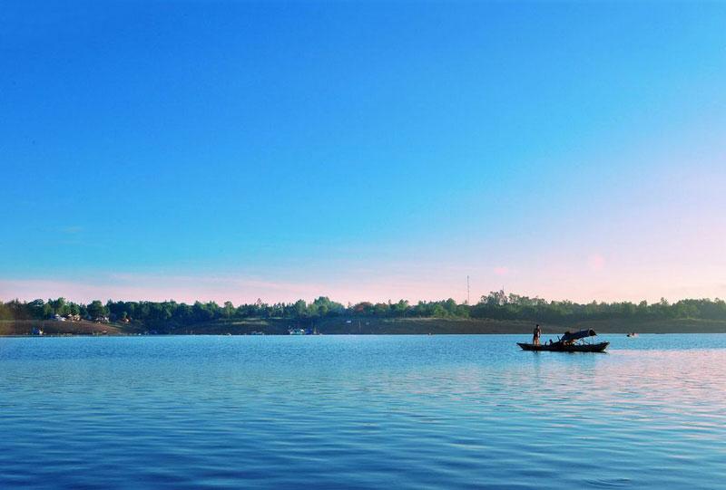 Bạn có thể lên thuyền và đi dạo quanh các hòn đảo đẹp ở đây như đảo Ó, đảo Đồng Trường, đảo Robinson...Ảnh: Tamhuu Photography.