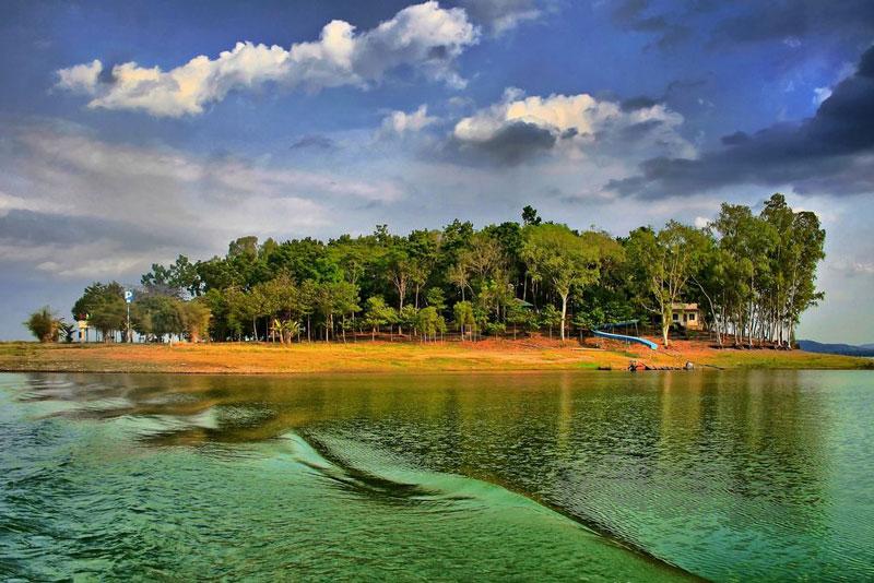 Phía thượng nguồn của hồ có Vườn quốc gia Cát Tiên - nơi có nhiều thảm thực vật xanh quý còn sót lại với nhiều loài động vật quý hiếm. Ảnh: Junsjazz.