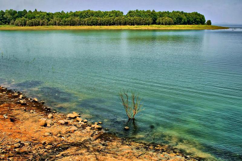 Lòng hồ rộng lớn và có khoảng 40 hòn đảo nhỏ trong hồ nên từ lâu Trị An đã trở thành điểm du lịch dã ngoại đầy hấp dẫn đối với du khách trong tỉnh cũng như các khu vực lân cận. Ảnh: Junsjazz.