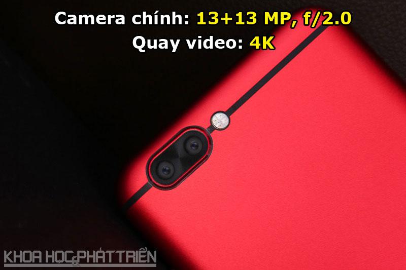 Trong số 2 camera sau, 1 camera chụp ảnh màu, 1 máy ảnh chụp hình trắng đen. Bộ đôi này được trang bị 4 đèn flash LED, hỗ trợ lấy nét theo pha, nhận diện khuôn mặt.