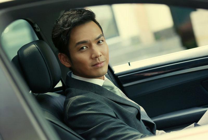 4. Chung Hán Lương. Là nam diễn viên, ca sĩ người Hồng Kông gốc Trung Quốc. Năm 1990, mỹ nam sinh năm 1974 gia nhập làng giải trí với vai trò là người mẫu. Tới năm 1991, anh tham gia lớp đào tạo diễn xuất múa của Đài Truyền hình TVB Hong Kong sau đó ký hợp đồng 3 năm. Năm 1992, Chung Hán Lương chính thức trở thành diễn viên cho đài TVB với vai diễn trong phim Thiếu niên ngũ hổ.