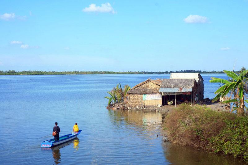 Đầm Bà Tường là nơi sinh sống của các loại thủy sản nước lợ như tôm sú, cua. Cư dân sinh sống quanh đầm chủ yếu bằng nguồn lợi thủy hải sản khai thác được từ đầm này. Kienthuc.