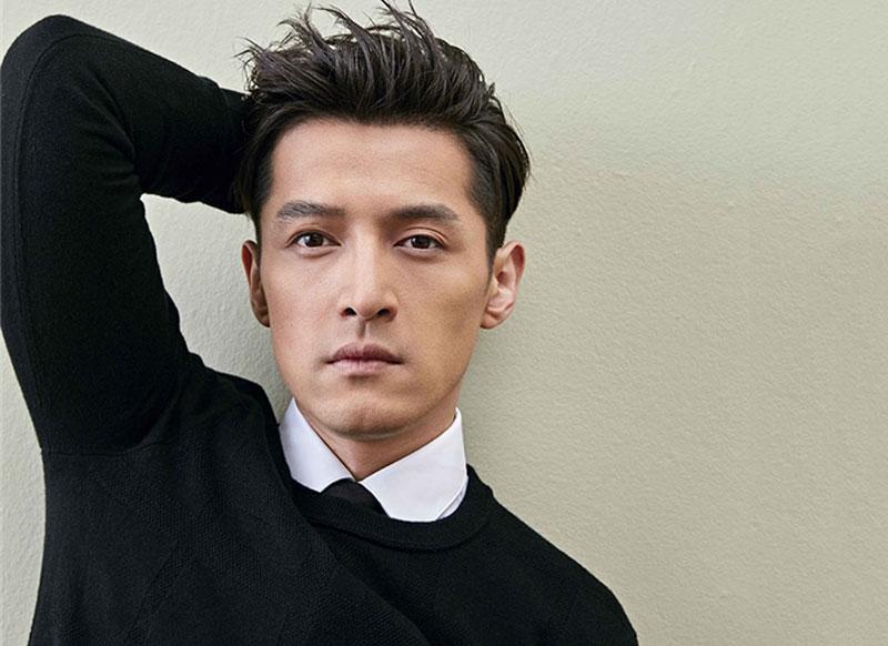 3. Hồ Ca. Đây là nam diễn viên, ca sĩ người Trung Quốc. Khi còn học tại Học viện Hí kịch Thượng Hải, chàng trai sinh năm 182 được mời tham gia diễn xuất trong Tiên kiếm kì hiệp với vai chính là Lý Tiêu Dao và một bước trở thành một trong những nam diễn viên nổi tiếng.