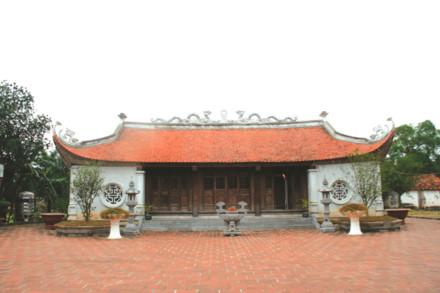 Bức tượng Trạng nguyên Mạc Đĩnh Chi trong đền thờ ở thôn Long Động. Đền thờ Mạc Đĩnh Chi tại quê nhà.