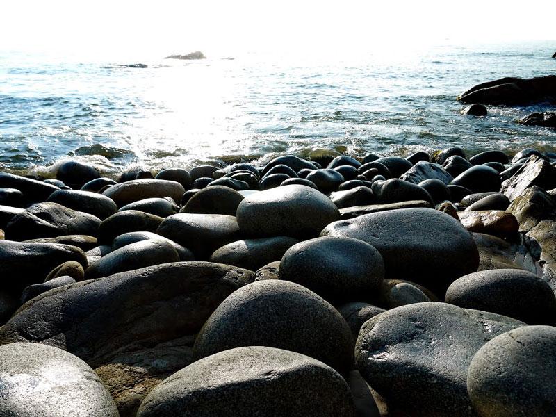 Ngoài việc thỏa thích nô đùa với sóng nước, đến đây bạn còn có thể tham quan khu du lịch Ghềnh Ráng, nhà thờ đá, mộ thi nhân Hàn Mặc Tử… Ảnh: Đào Việt Dũng.