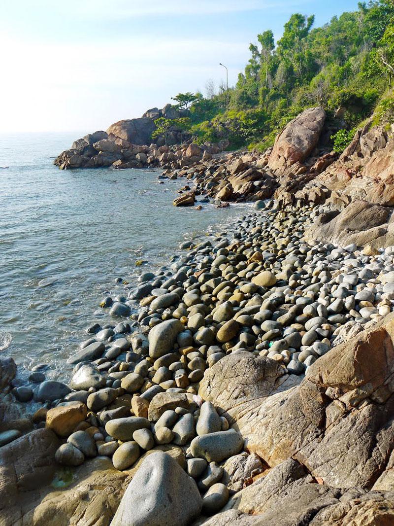 Đến nơi đây, du khách sẽ có được cảm giác tuyệt vời khi giẫm bàn chân trần lên những viên đá tròn, nhẵn như trứng chim khổng lồ, nằm xếp lên nhau trên bãi biển. Ảnh: Đào Việt Dũng.