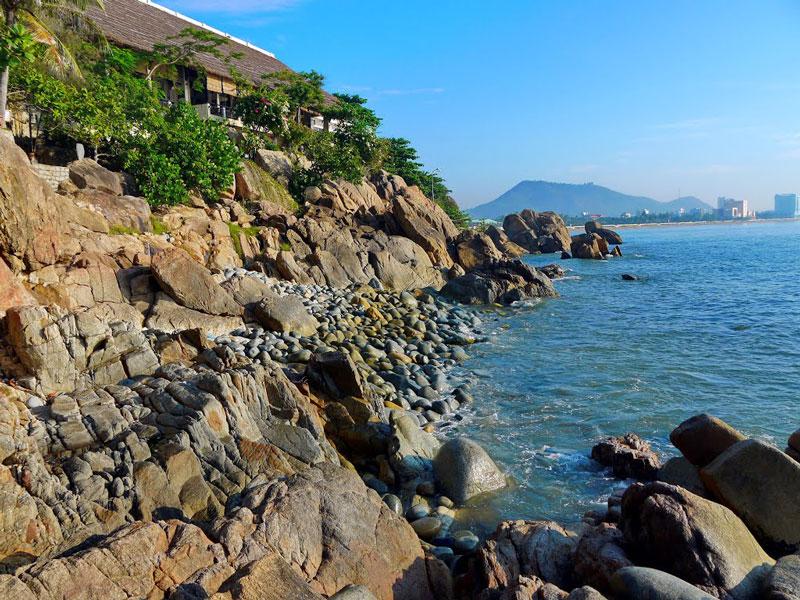 Bãi Trứng nằm cách thành phố Quy Nhơn khoảng 2km. Ảnh: Đào Việt Dũng.