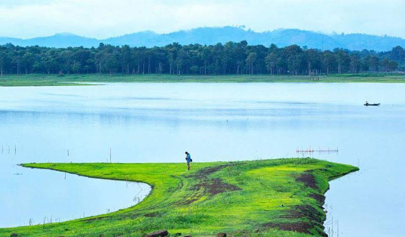 Lợi thế của Hồ Ea Kao là rất gần thành phố và còn có diện tích rừng tự nhiên rất lớn quanh hồ. Ảnh: Trần Khánh.
