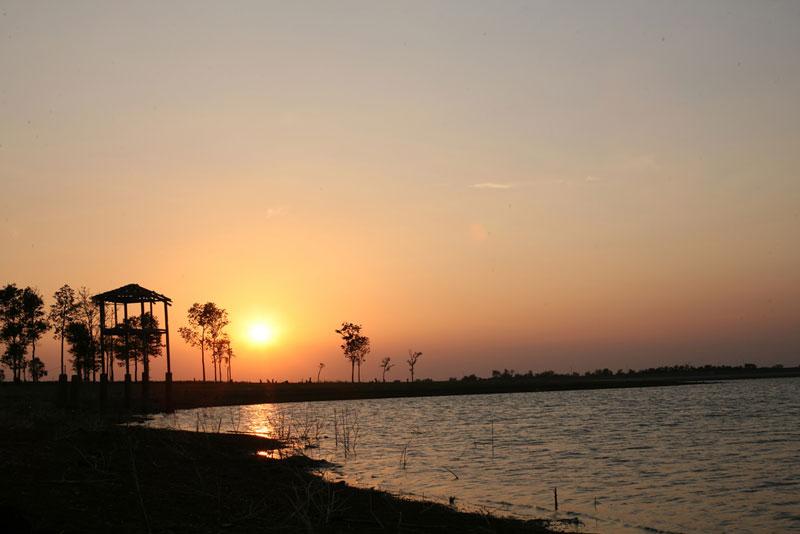 Hồ nằm cách trung tâm thành phố Buôn Ma Thuột 12 km theo hướng Đông Nam. Ảnh: Mr.T.
