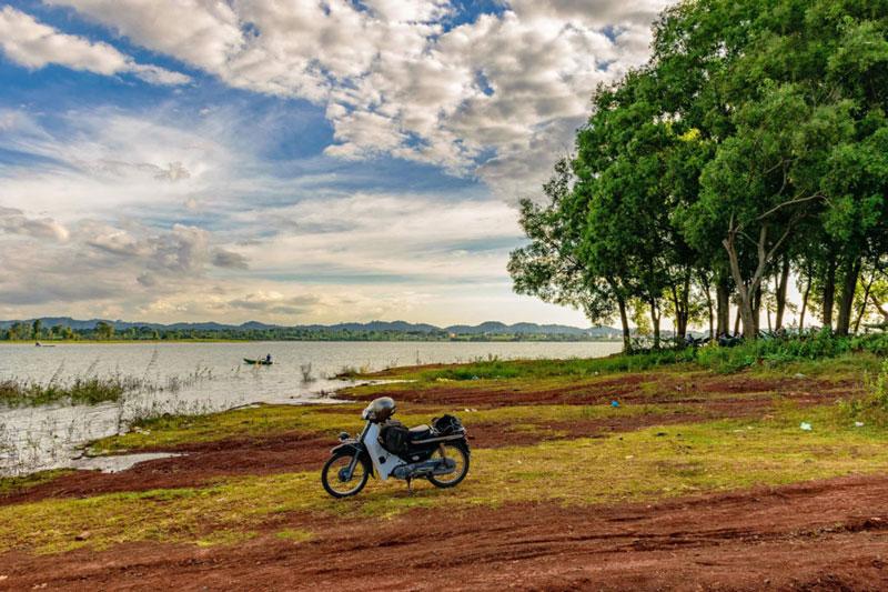 Hồ hình thành do việc chặn dòng suối Ea Kao để xây dựng một công trình thủy lợi. Ảnh: Cao Phương.