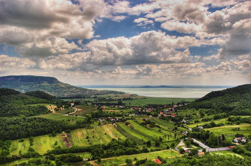5. Hungary. Đây là quốc gia không giáp biển thuộc khu vực Trung Âu. Đất nước này đang trong quá trình phát triển mạnh để trở thành một nước phát triển theo tiểu chuẩn của IMF. Hungary hiện nay là một trong những địa điểm du lịch hấp dẫn nhất thế giới, thủ đô Budapest của đất nước này được mệnh danh là một trong những thành phố đẹp nhất châu Âu.