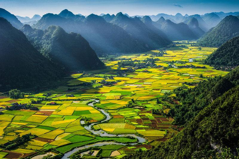2. Việt Nam. Là đất nước thuộc khu vực Đông Nam Á. Việt Nam có nhiều điểm đến hấp dẫn như Vịnh Hạ Long, Phong Nha Kẻ Bàng, Kinh thành Huế, đảo Phú Quốc…