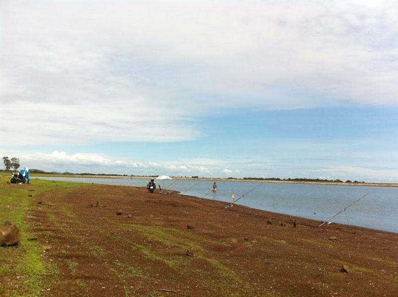 Hồ Ea Kao không chỉ có giá trị to lớn về mặt thủy lợi, mà còn là nơi cung cấp các mặt hàng thủy sản nước ngọt rất lớn và phong phú cho thành phố Buôn Ma Thuột. Ảnh: Thanh Nho.