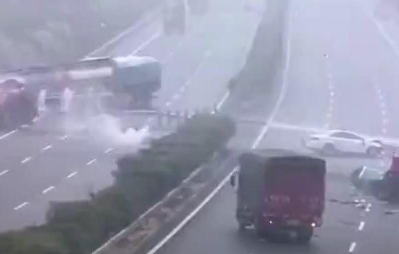 Xe tải lao sang đường ngược chiều, gây tai nạn liên hoàn. Xe tải đột ngột lao qua dải phân cách sang làn đường ngược chiều, gây va chạm liên hoàn trên một cao tốc ở tỉnh Giang Tô, Trung Quốc. (CHI TIẾT)