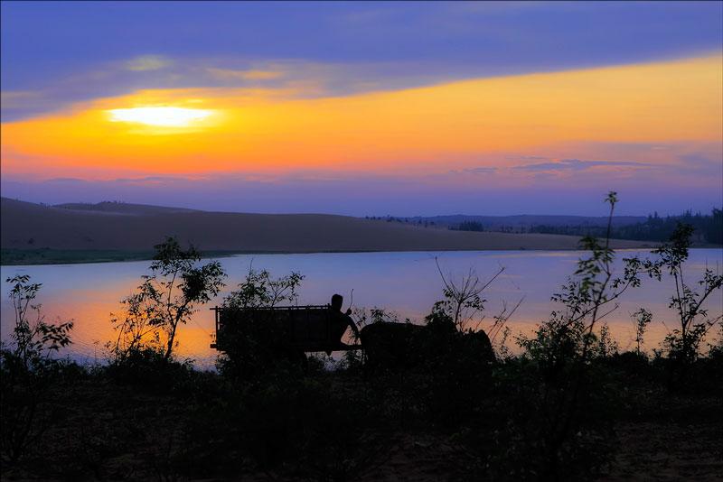 Thế nhưng, chính vẻ đẹp hoang sơ đó cùng với những đụn cát trải dài khiến cho nơi đây trở thành một trong những nơi dành cho du khách trổ tài nhiếp ảnh. Ảnh: Dzung Viet Le.
