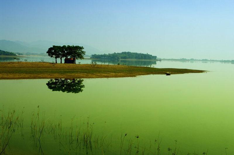 Hồ Đại Lải là hồ nước nhân tạo nằm trên địa bàn Ngọc Thanh và Đồng Xuân của thị xã Phúc Yên, tỉnh Vĩnh Phúc. Ảnh: Zing.