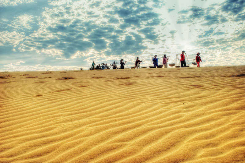 Theo truyền thuyết nơi đây là hồ lớn, sau người dân đắp đập cát chạy vắt ngang hồ để đi qua. Ảnh: Thang Ngo.