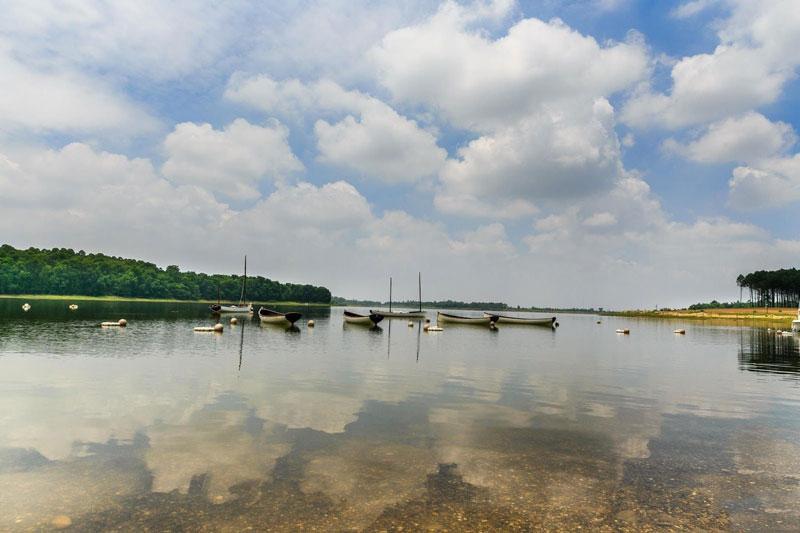 Hồ Đại Lải rộng tới 5,25 km2. Ảnh: Gotrip.
