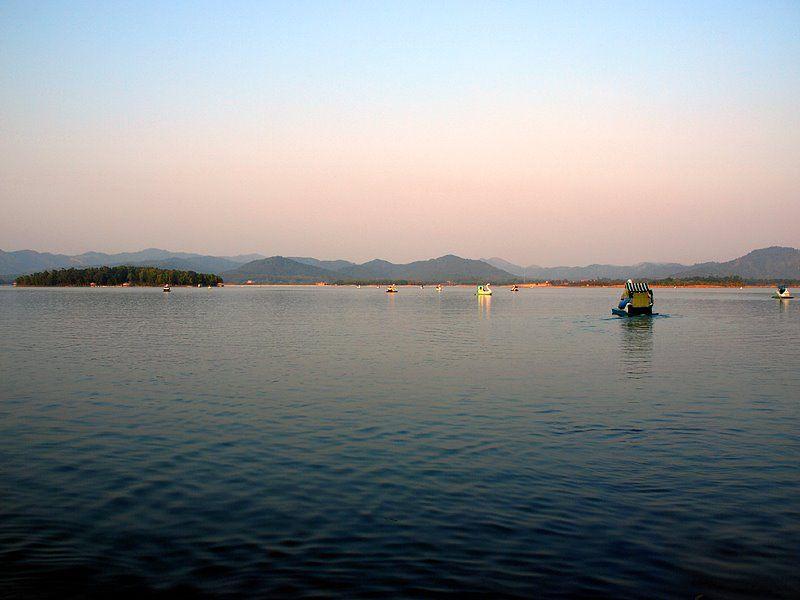 Xung quanh hồ có các vùng phụ cận gồm đồi núi, rừng cây có tổng diện tích khoảng 30 km. Ảnh: Panoramio.