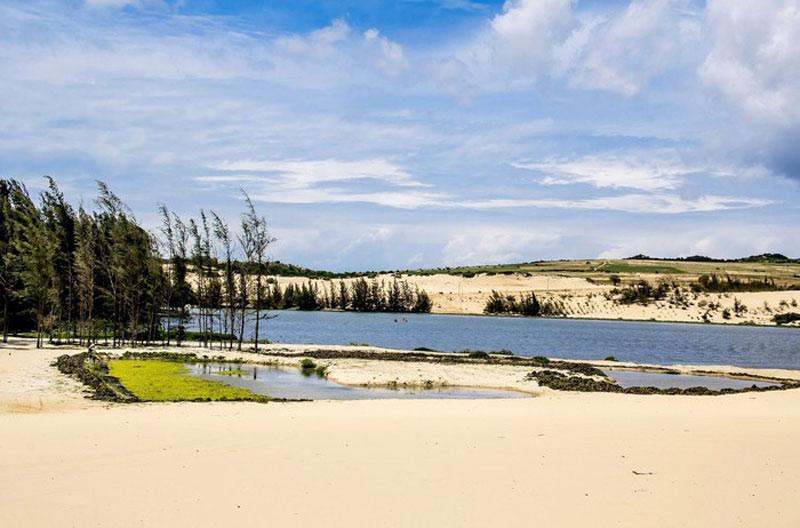 Bàu Trắng không chỉ là nơi cung cấp nước ngọt mà còn là thắng cảnh đẹp ở khu vực Hòa Thắng-Bắc Bình. Ảnh: Thao Nguyen.